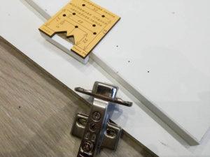 установка петель к складным дверям